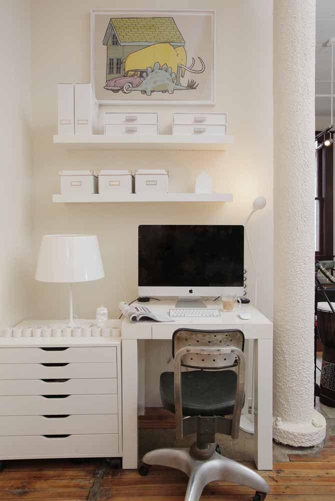 Uma opção interessante é montar a escrivaninha por módulos, como essa da imagem que é formada por um gaveteiro e uma mesa