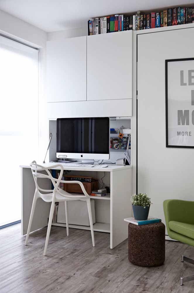 Escrivaninha branca em composição com os armários suspensos