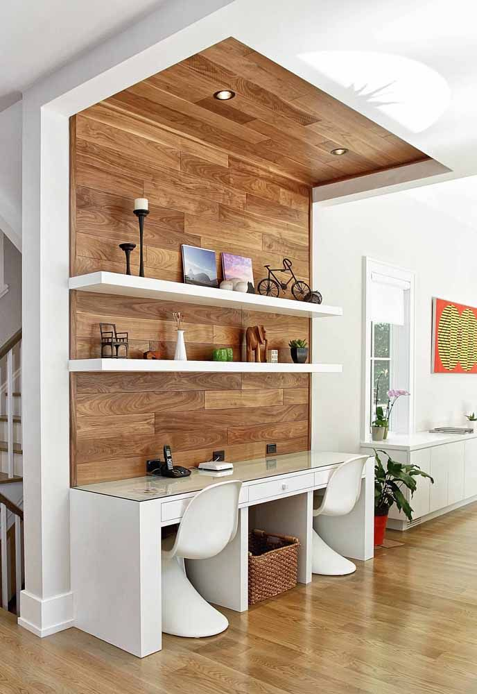 Branco e madeira: aqui, a área da escrivaninha foi evidenciada pelo painel amadeirado