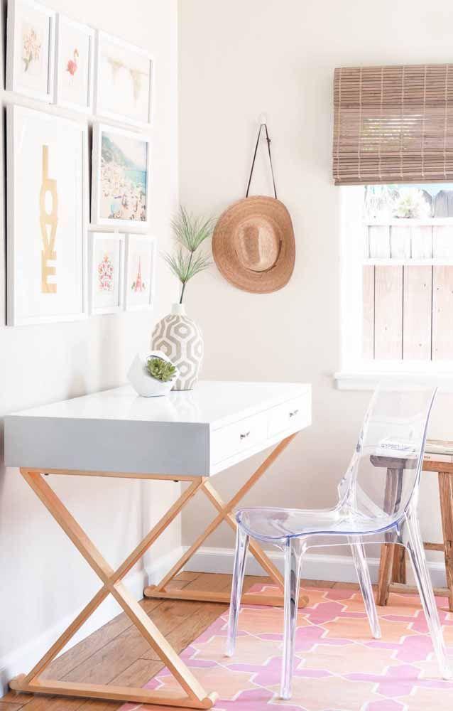 Já para uma proposta mais descontraída, uma escrivaninha branca com detalhes em madeira funciona muito bem