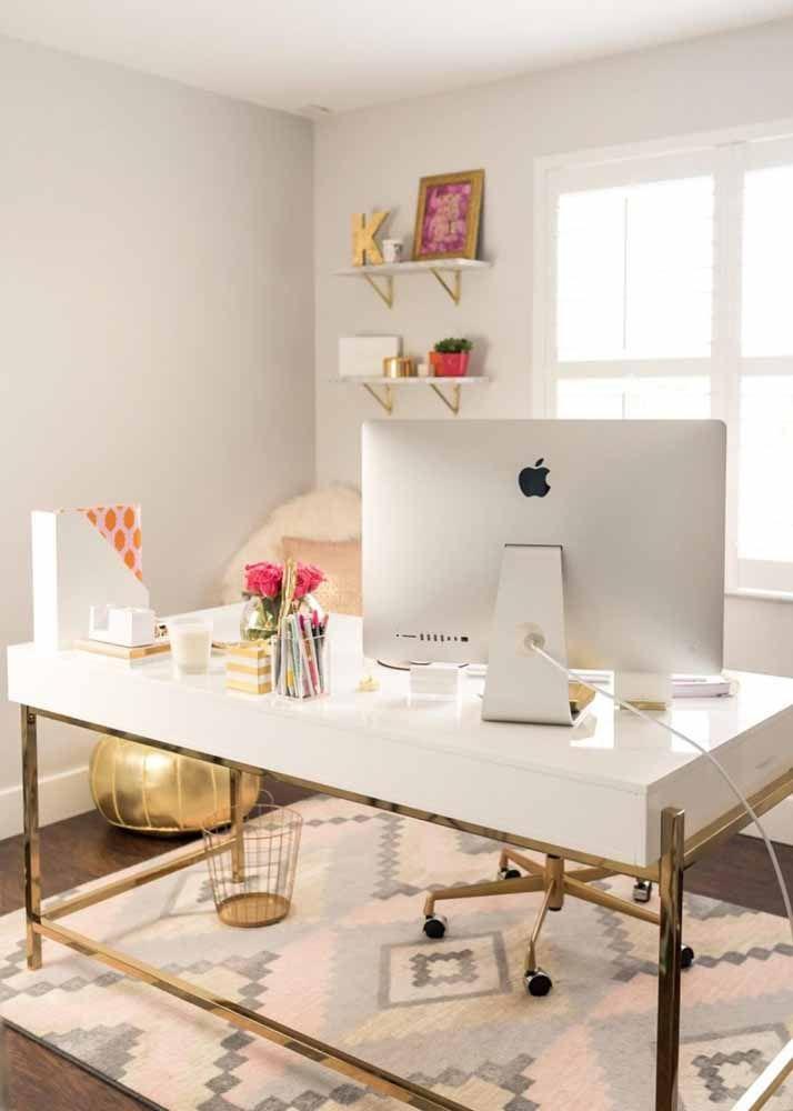 Os pés dourados dão aquele toque de glamour para o home office