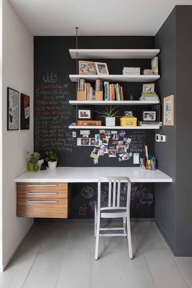 E para criar aquele contraste que todo mundo adora, uma parede lousa realçada pela escrivaninha e prateleiras branca
