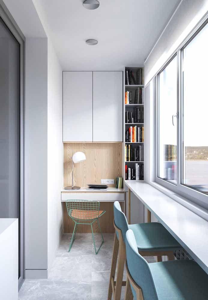 O home office instalado na varanda buscou por uma escrivaninha planejada para driblar a falta de espaço