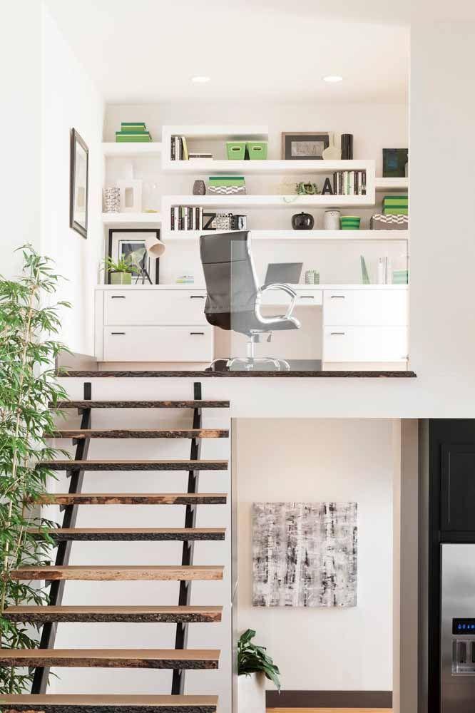 O home office montado no mezanino apostou no uso de escrivaninha e demais móveis brancos para deixar o ambiente mais iluminado