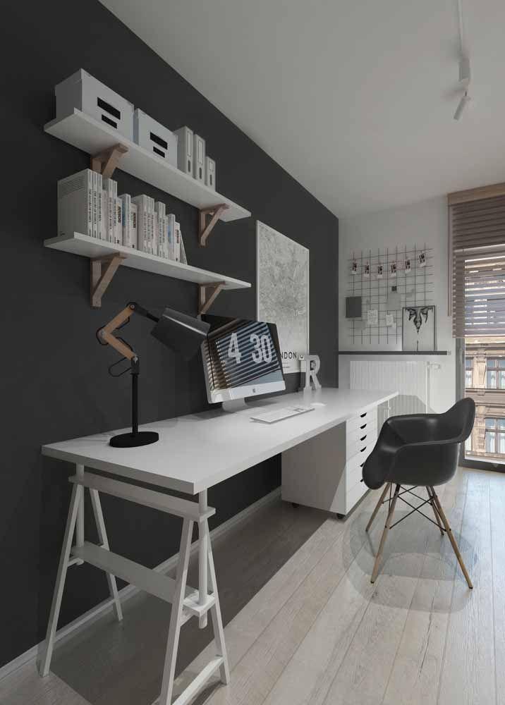 Escritório moderno preto e branco com escrivaninha cavalete