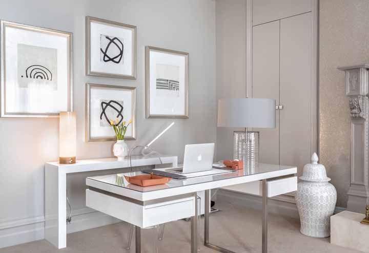 O tampo de vidro da escrivaninha branca dialoga com o abajur e a cadeira de acrílico