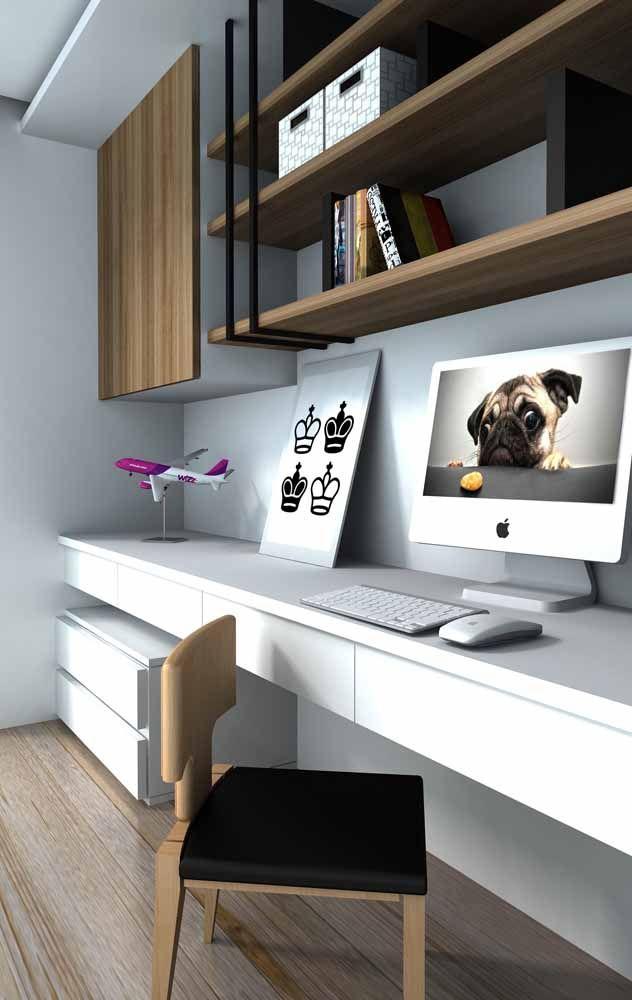 Já aqui a escrivaninha suspensa branca em toda extensão da parede foi a solução ideal para conquistar o espaço necessário