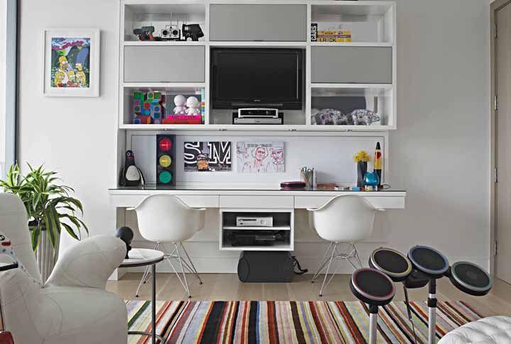 Uma escrivaninha branca decorada e super descontraída
