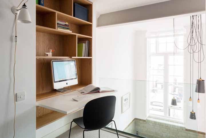 Solução para pequenos espaços são os móveis multifuncionais; essa escrivaninha, por exemplo, pode ser fechada após o uso