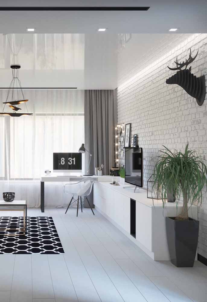 Escrivaninha branca integrada ao rack da sala de estar