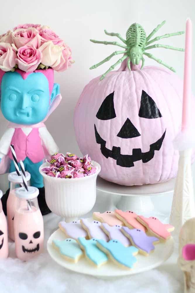 Já pensou em uma decoração de Halloween em tons de rosa? Olha só que graça