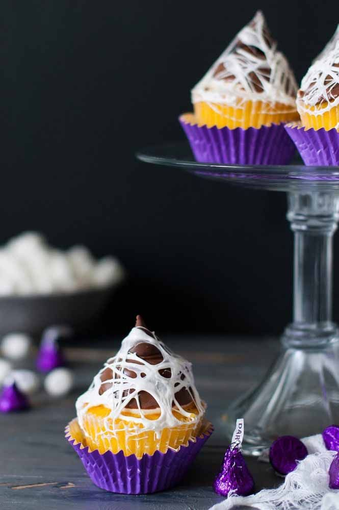 Teia de aranha no cupcake: que bom que é de mentirinha