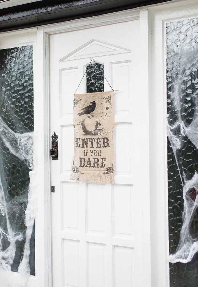 Tem coragem de entrar? A plaquinha na entrada da porta pode desmotivar alguns