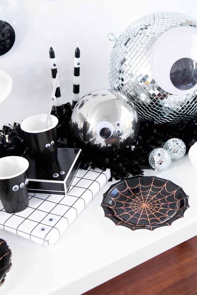 Quer levar um pouco de brilho para a decoração de Halloween? Então aposte na combinação entre o preto e o prata