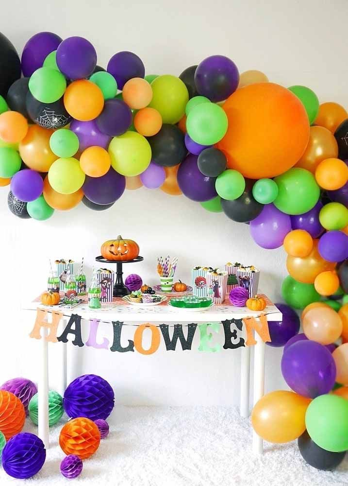 Olha que arraso esse arco desconstruído de balões para o Halloween