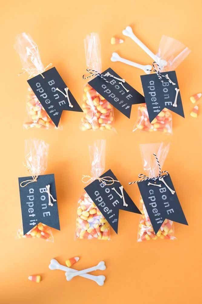 Uma lembrancinha doce para os convidados se lembrarem do Halloween