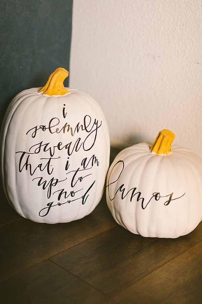 No chão, em cima da mesa, sobre os móveis, as abóboras são indispensáveis na decoração de Halloween