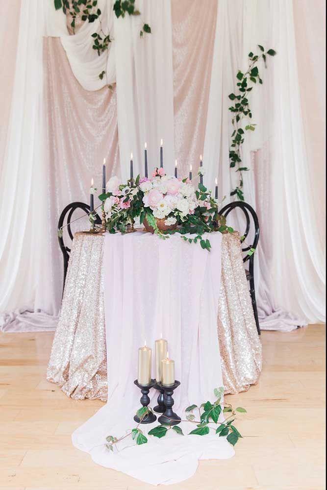 Flores, velas e um cenário formado com tecidos delicados