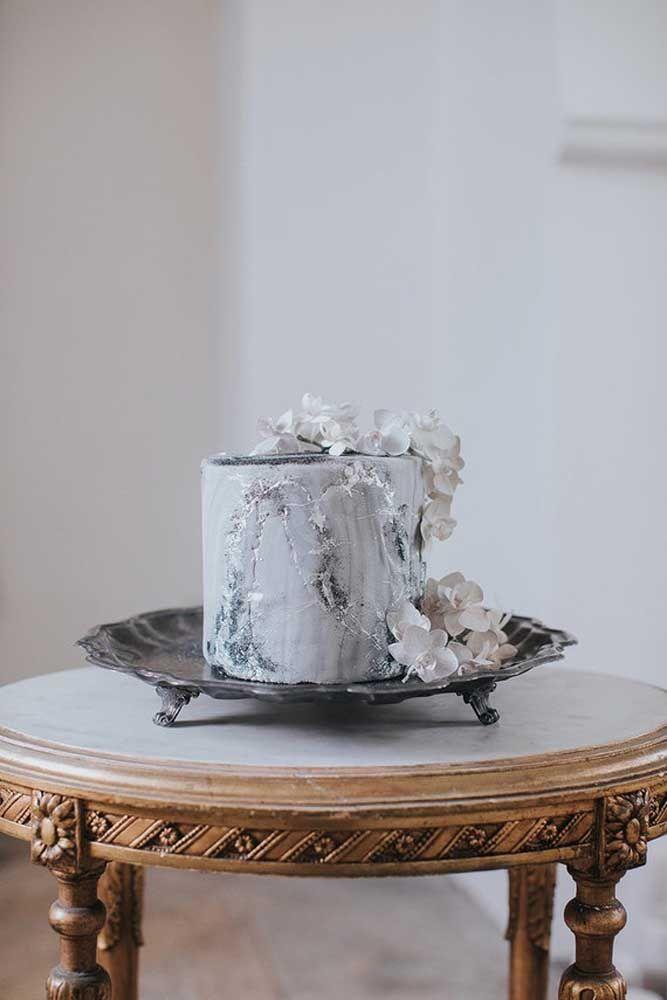 Um bolo de prata decorado com orquídeas brancas! Alguém se arrisca a dizer que boda é essa?