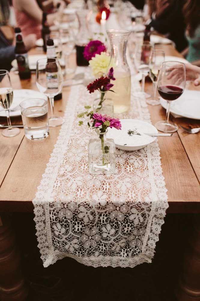 Vinhos, velas e renda: uma decoração acolhedora para as bodas de casamento