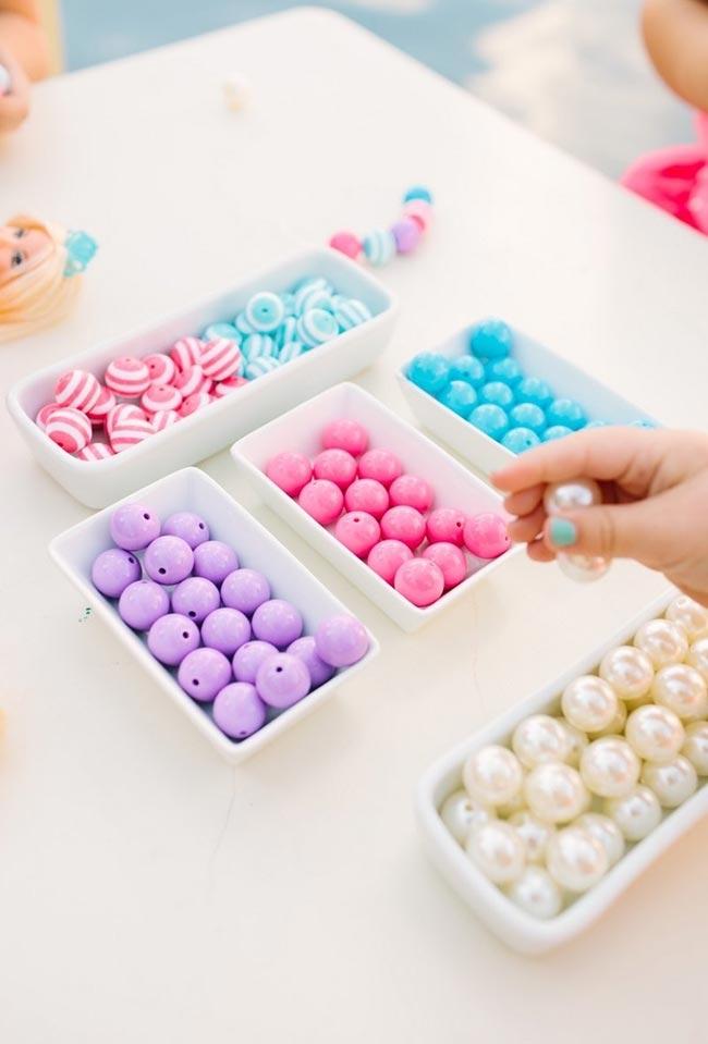 Misture cores variadas na hora de fazer uma decoração de aniversário