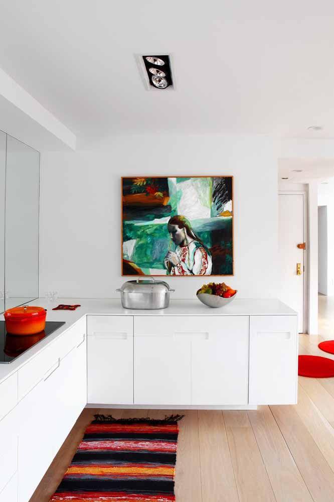 Um pouco de preto, um toque de vermelho e uma pitada de laranja: vá criando seu tapete de crochê como um pintor que joga tinta na tela
