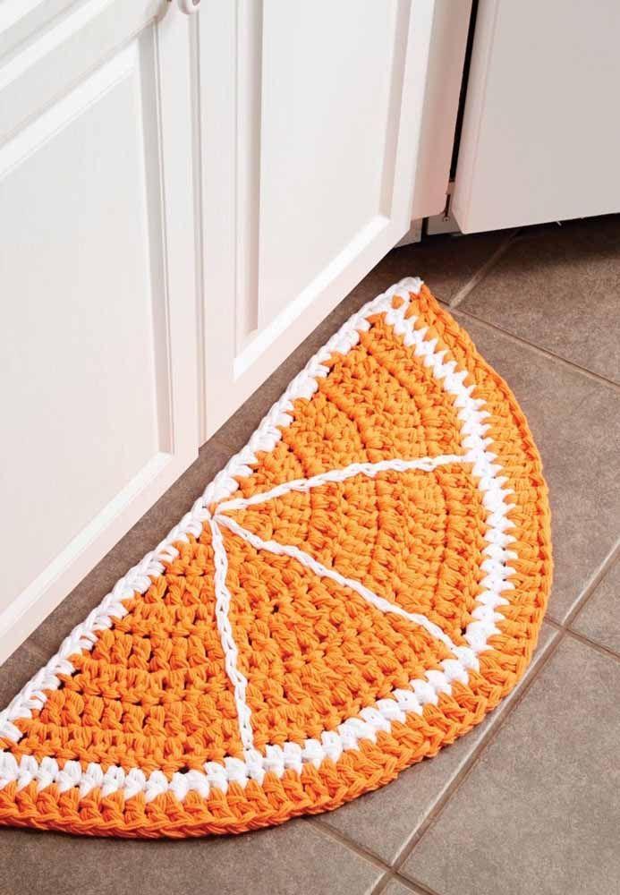 Aqui, o tapete de crochê é a metade da laranja