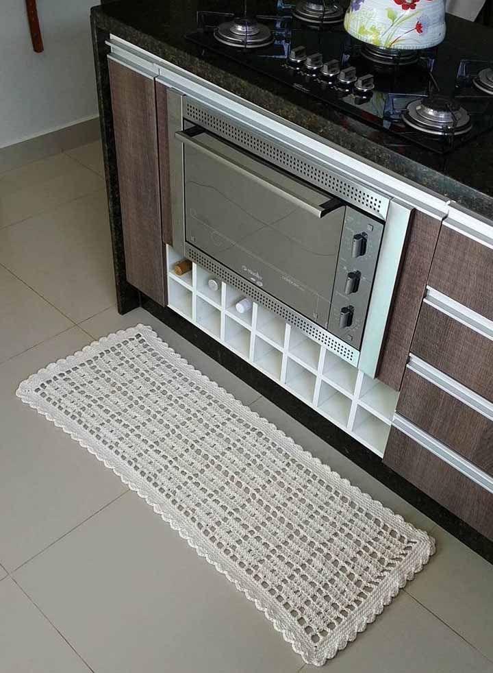 O tradicional tapete de crochê de barbante em cor cru para decorar a cozinha