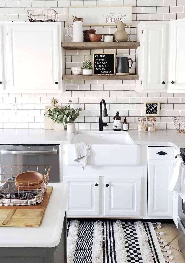 Branco e preto com pelinhos! E ou não é uma graça esse tapete de crochê para a cozinha?