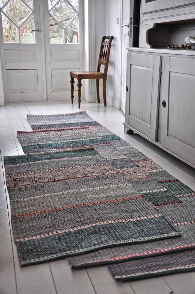 Um kit de tapete de crochê para cozinha em cores neutras e escuras