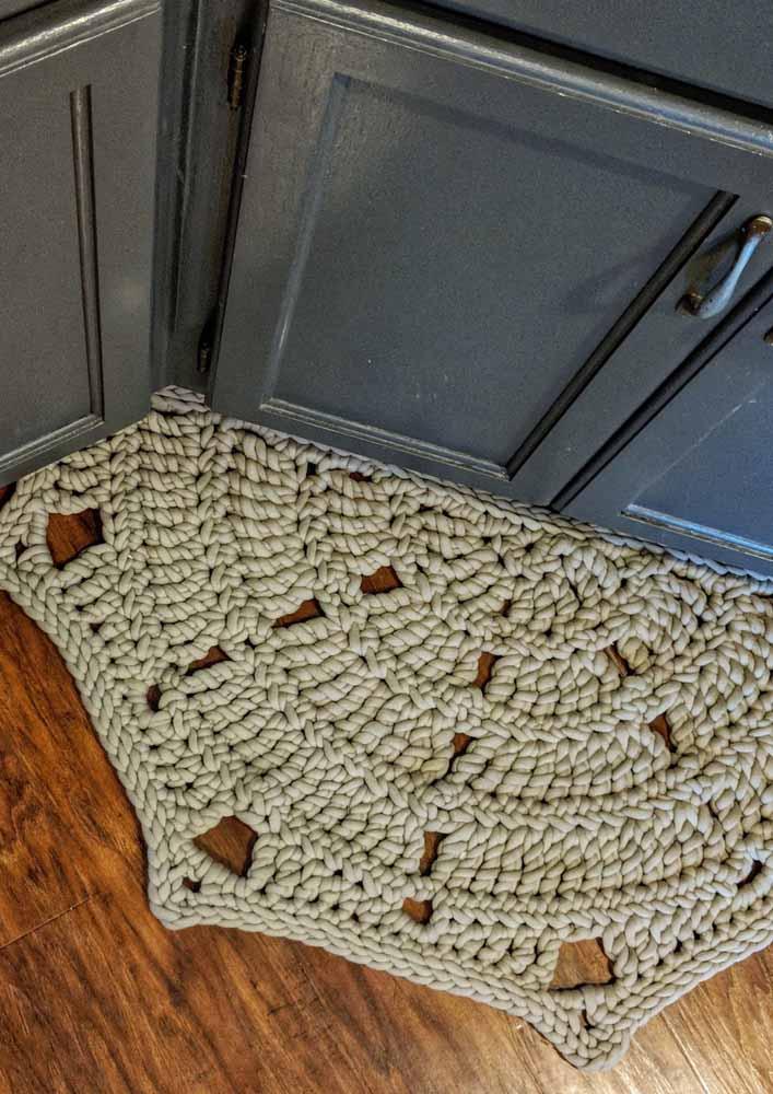O fio grosso deixa o tapete de crochê mais rústico e encorpado
