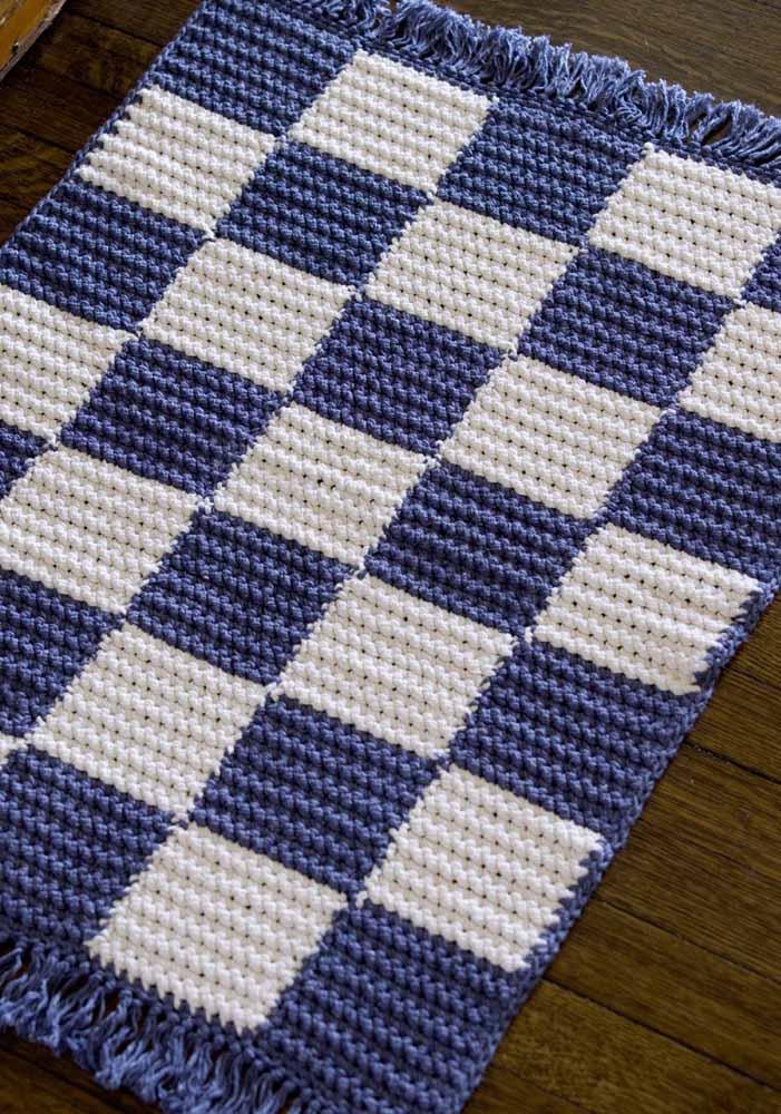 Tem espaço para um tapete de crochê xadrez azul e branco aí na sua cozinha?