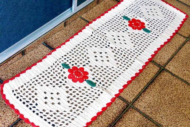 Tapete de crochê cru com detalhes em vermelho