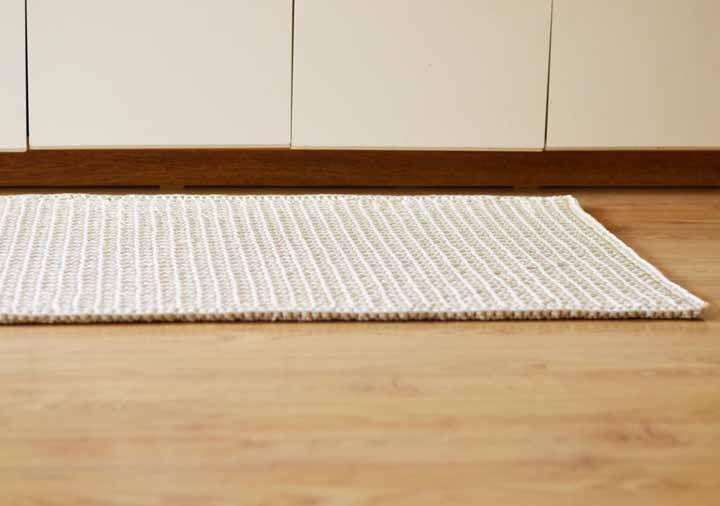 Os mdelos de tapete de crochê mais grossos são mais resistentes e, portanto, mais indicados para ambientes como cozinha