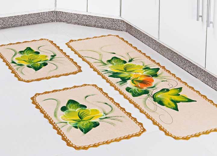 Kit de tapetes para cozinha pintado à mão e finalizado com barrado de crochê