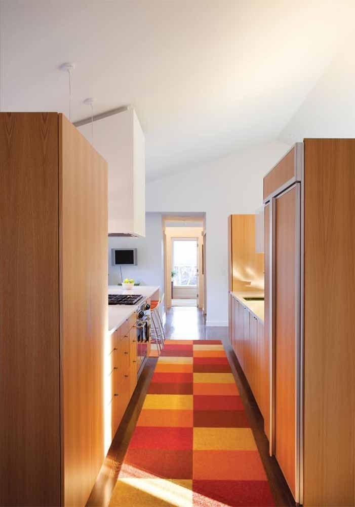 """Quadriculado e de cores quentes: esse tapete de crochê """"aquece"""" a cozinha ao mesmo tempo em que cobre todo o corredor"""