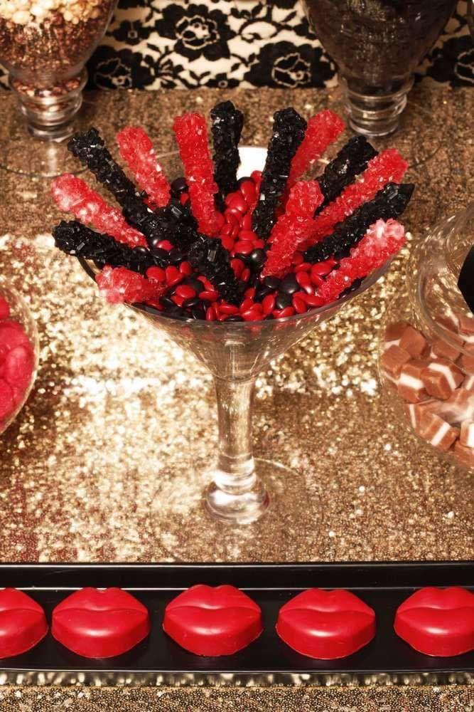 O dourado é a cor base dessa festa a fantasia, complementada pelo preto e vermelho