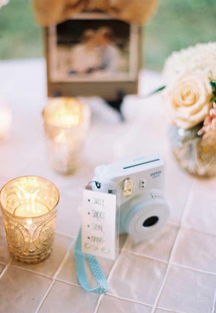 Uma máquina de fotos em cada mesa