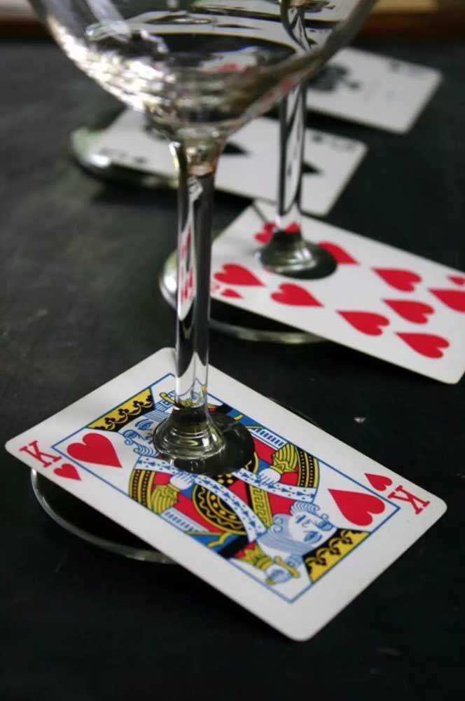 Cartas de baralho podem sugerir diversos temas para festa a fantasia, entre eles Las Vegas ou Alice no País das Maravilhas