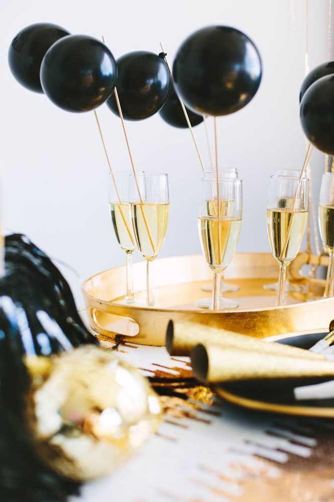 A elegância do preto e dourado emprestada para a decoração da festa a fantasia