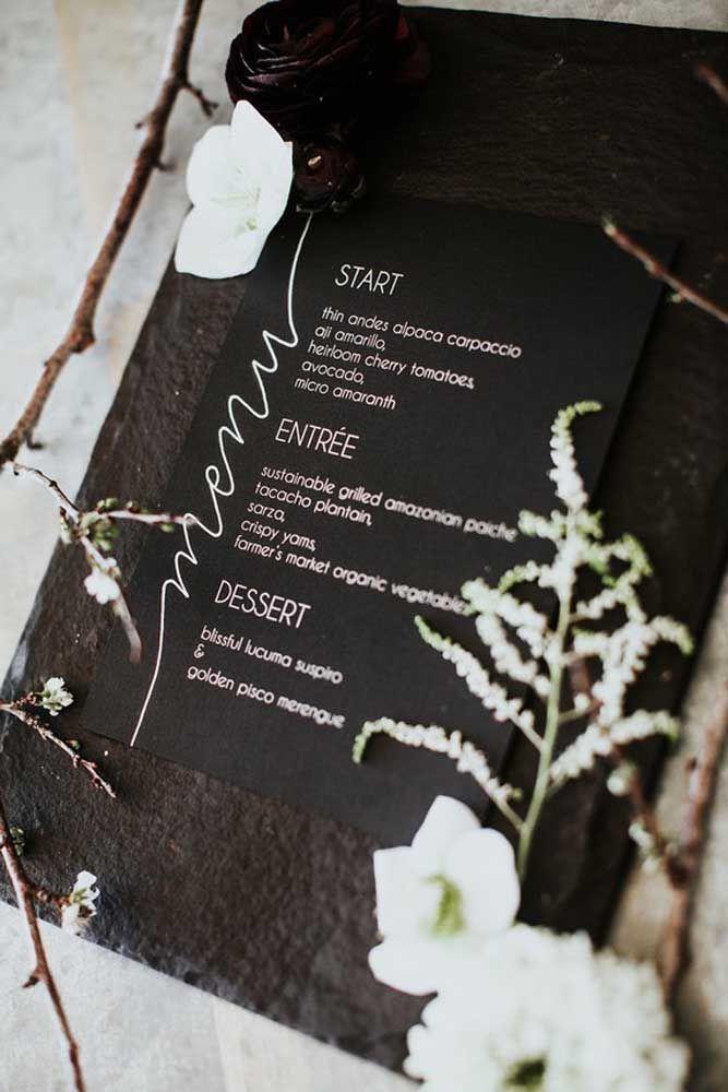 Um menu logo na entrada da festa