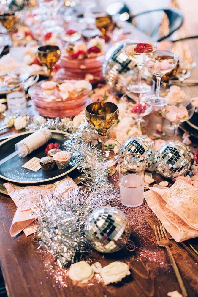 Uma mesa decorada de modo descontraído e bem irreverente
