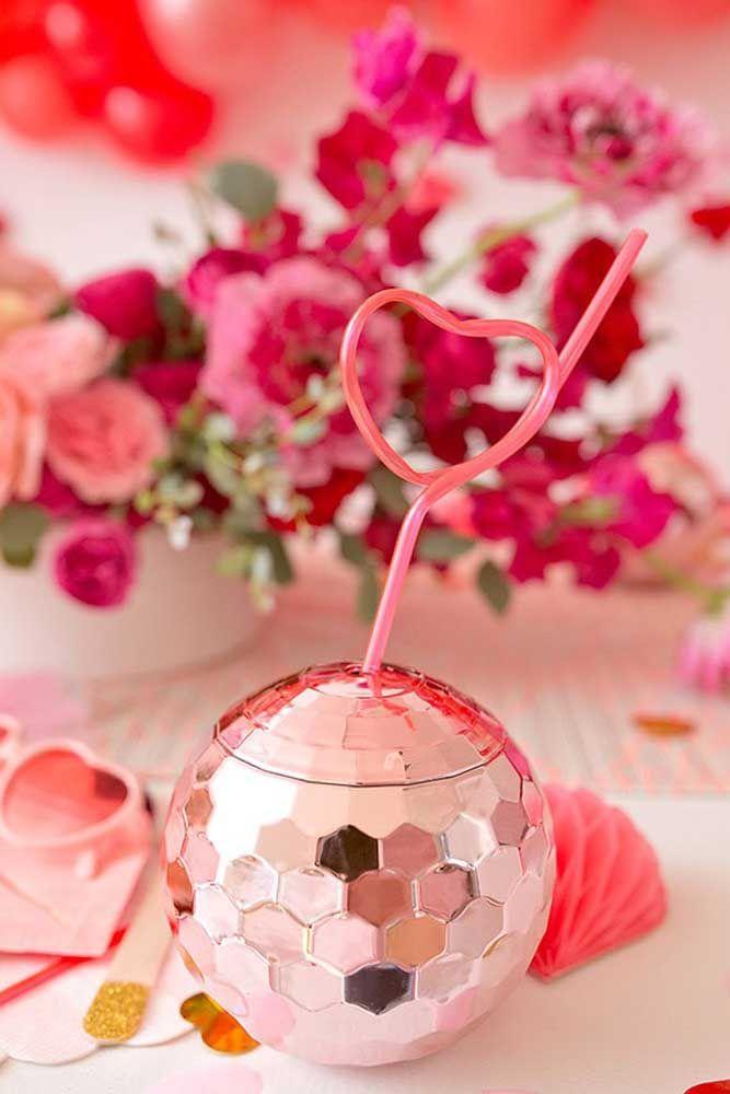 Um copo que mais parece um globo de discoteca? Só pode ser a fantasia dele!