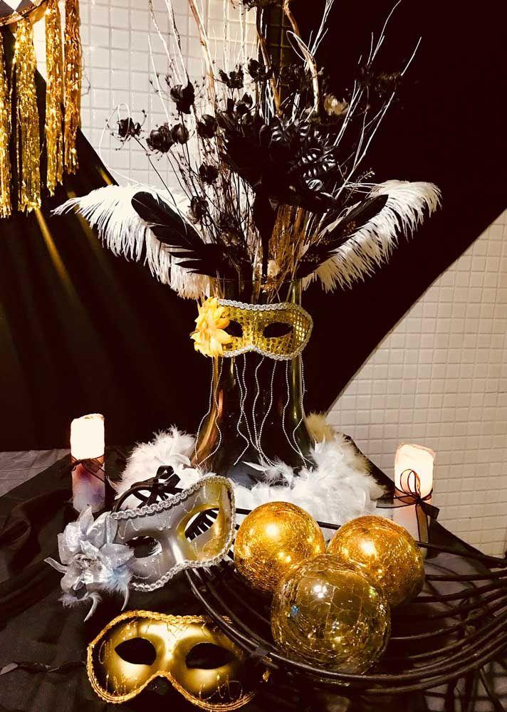 Máscaras e plumas: tenha em mãos esses acessórios para distribuir àqueles convidados que se esqueceram da fantasia; pode apostar, sempre tem um!