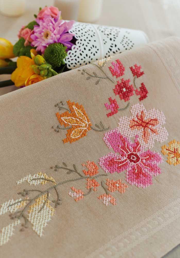 Um típico bordado floral feito em ponto cruz