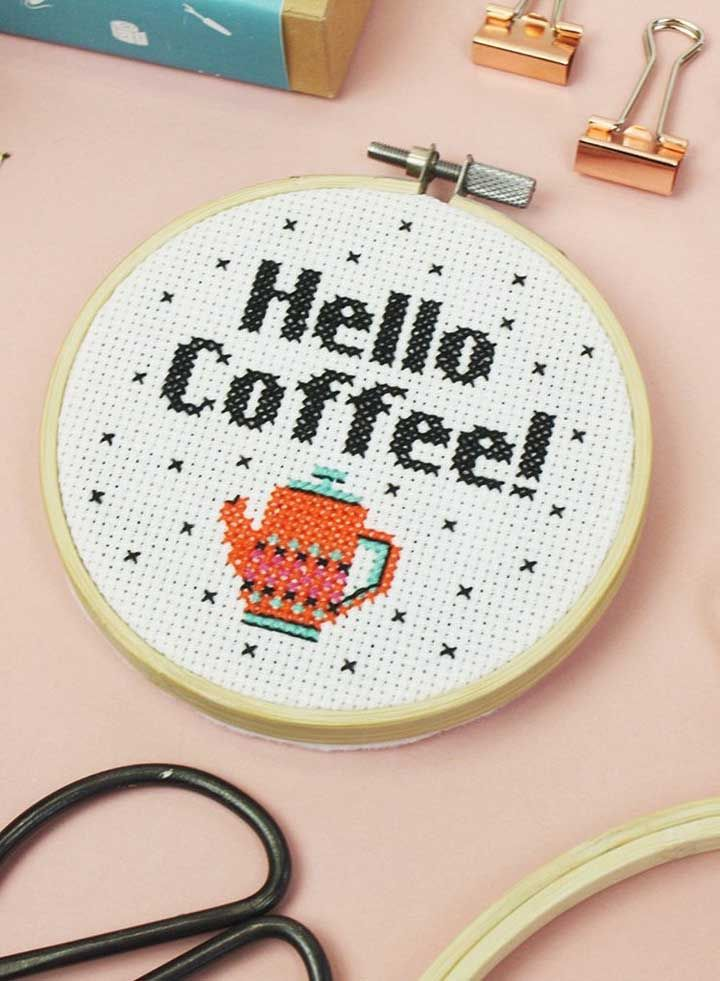 Os apaixonados por café também ganham bordado em ponto cruz