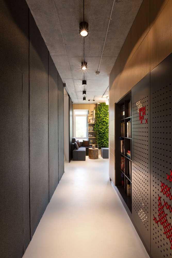 Você pode transformar o corredor da sua casa usando tela de Eucatex, linhas e ponto cruz