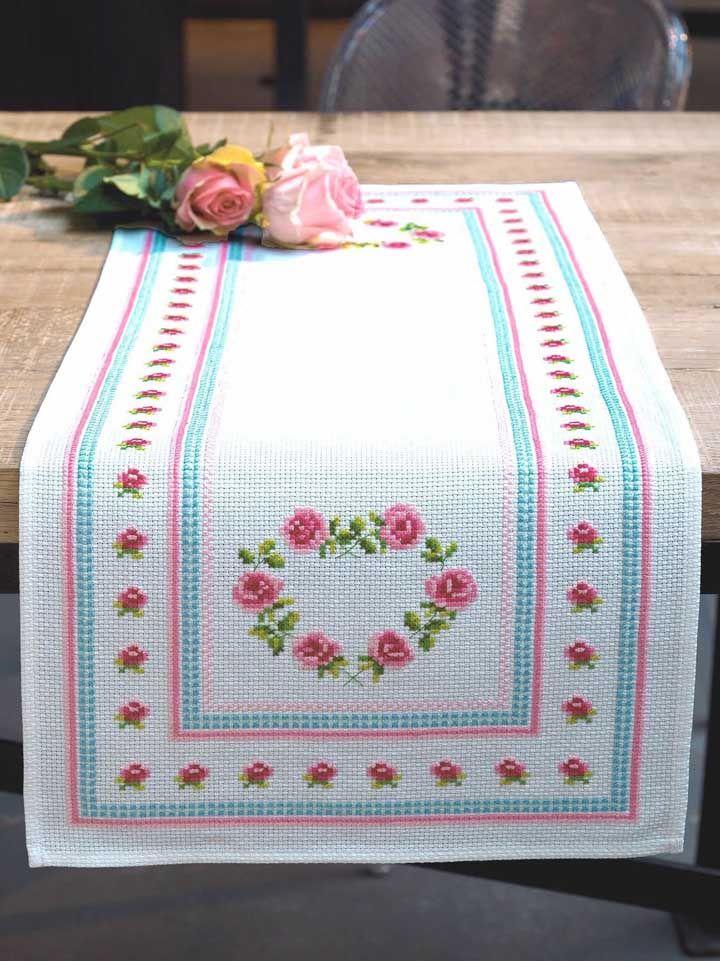Flores delicadas bordadas no caminho de mesa