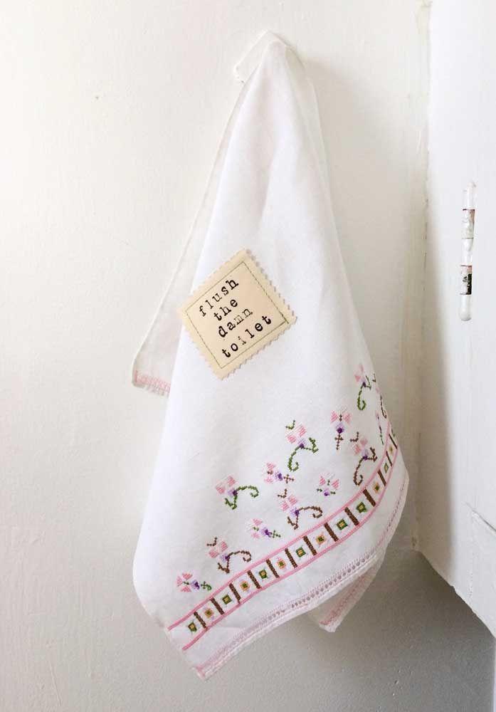 As tradicionais toalhas de banho bordadas em ponto cruz, achou que elas iam ficar de fora?
