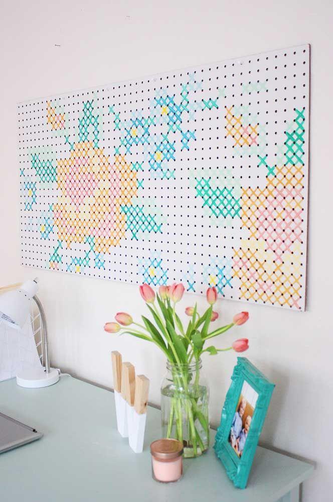 E você acha que é só no tecido que dá para fazer ponto cruz? Aqui foi usada uma tela de Eucatex! Original e criativo, não é mesmo?